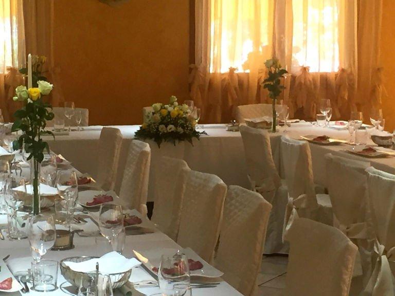 dei tavoli con dei bouquet di fiori