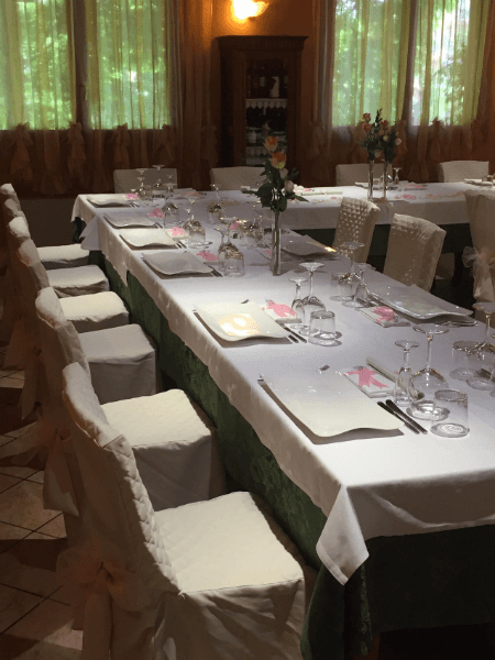 il tavolo apparecchiato con un vaso di rose