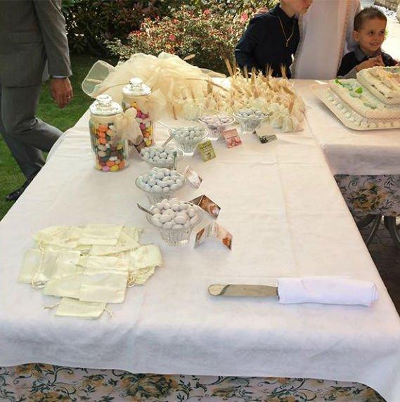 un tavolo con dei confetti e delle bomboniere