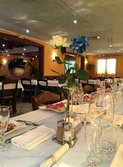 dei fiori gialli e blu su un tavolo apparecchiato