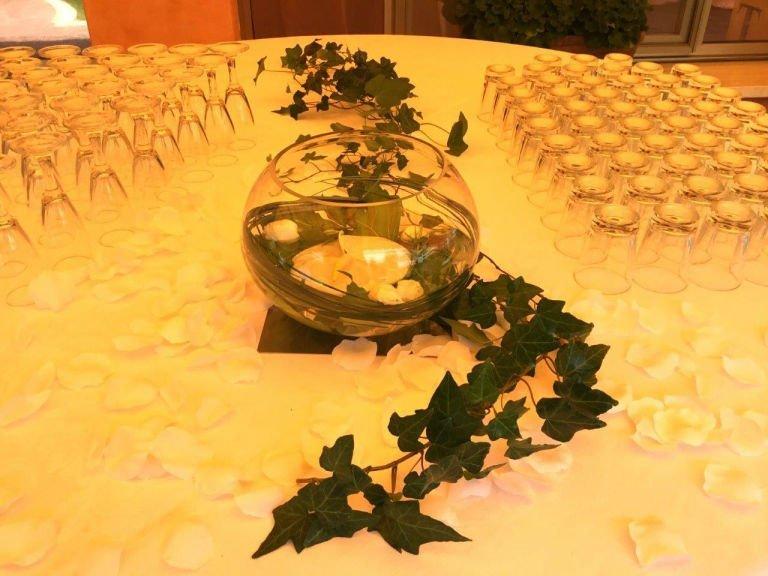 un vaso di vetro e dell'edera