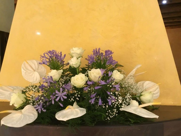 una composizione di fiori viola e bianchi