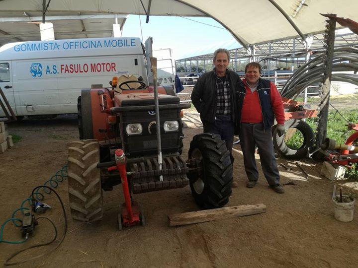 montaggio di nuovo pneumatico per trattore