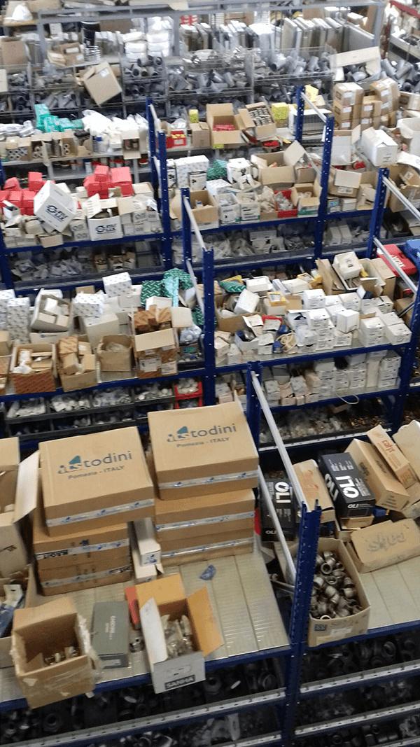 degli scatoloni in un magazzino su degli scaffali