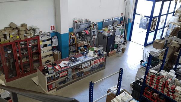 un bancone in un magazzino con degli scaffali