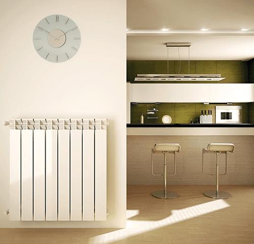 una parete con un calorifero,un orologio e vista di una cucina