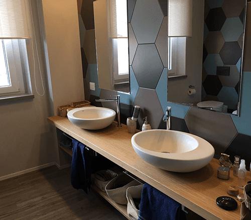 un box doccia,bidet e wc