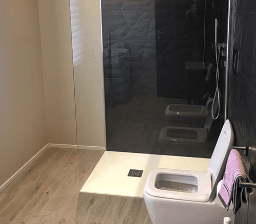 un box doccia e un wc