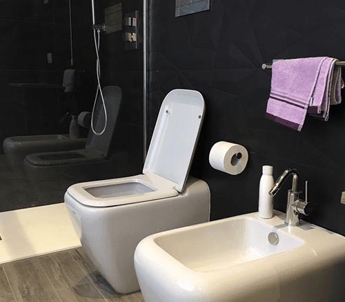 due lavabi rotondi con rubinetti a muro