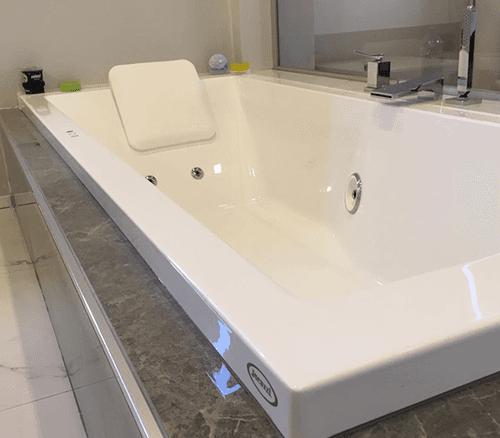 un bagno con due lavabi