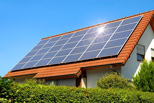 delle pale eoliche, pannelli fotovoltaici e dei palazzi