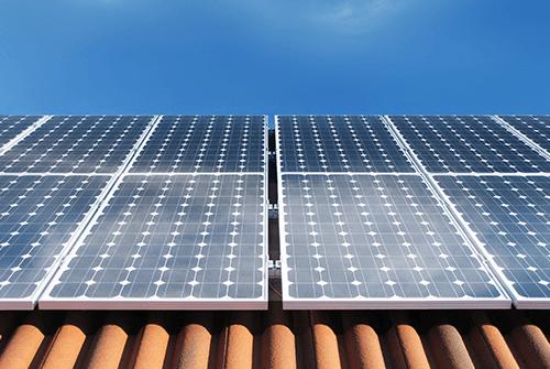 dei pannelli solari su un tetto