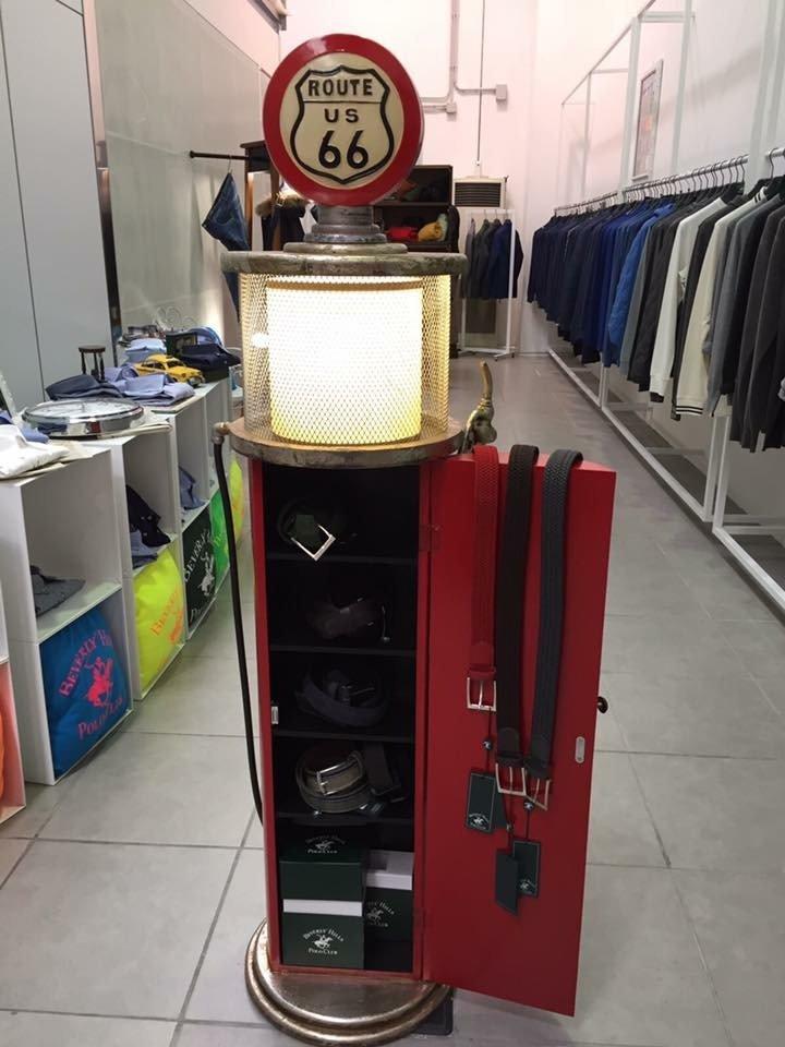 cinture dentro ad un armadietto rosso a forma di lampione stile americano all' interno del negozio
