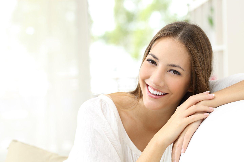 ragazza sorride appogigata al divano