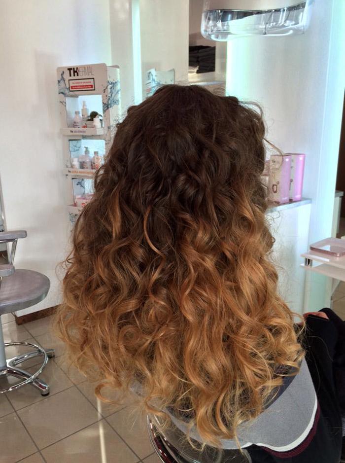 capelli lunghi con ombre e ricci