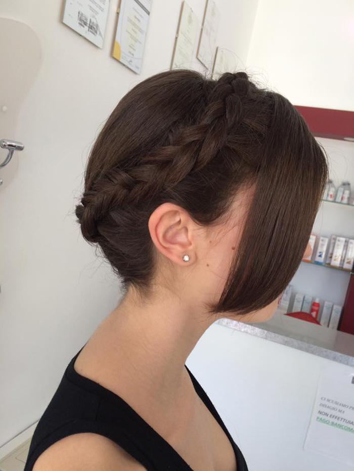 capelli raccolti con ciuffo di lato