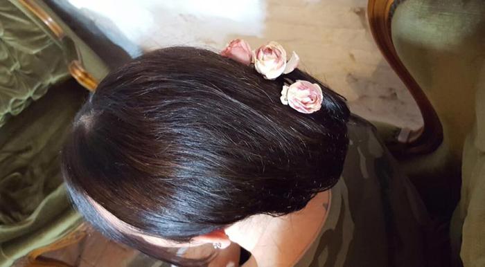 capelli raccolti con spille a forma di rosa