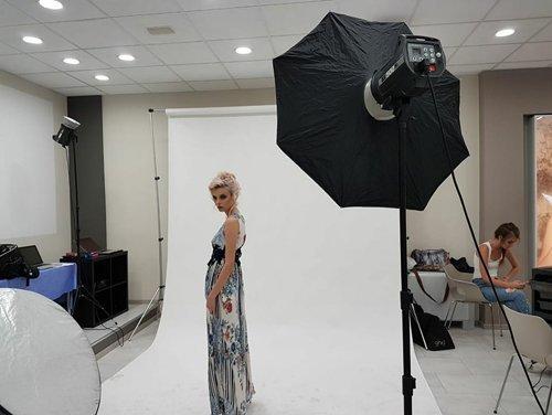 Servizio fotografico con ragazza in abito lungo