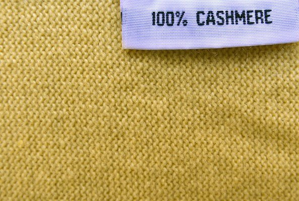 tessuto in cashmere giallo ocra