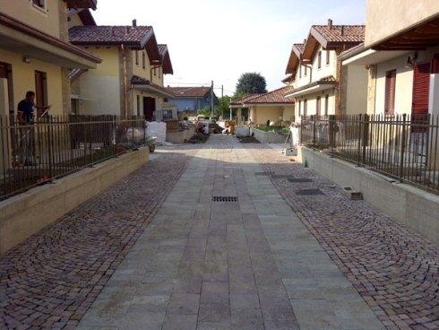 Realizzazione nuova pavimentazione esterna in pietre naturali - porfido e ciotoli