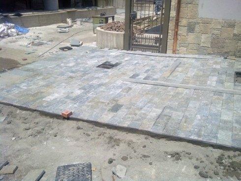 Realizzazione di nuova pavimentazione esterna in pietre naturali - porfido e ciotoli