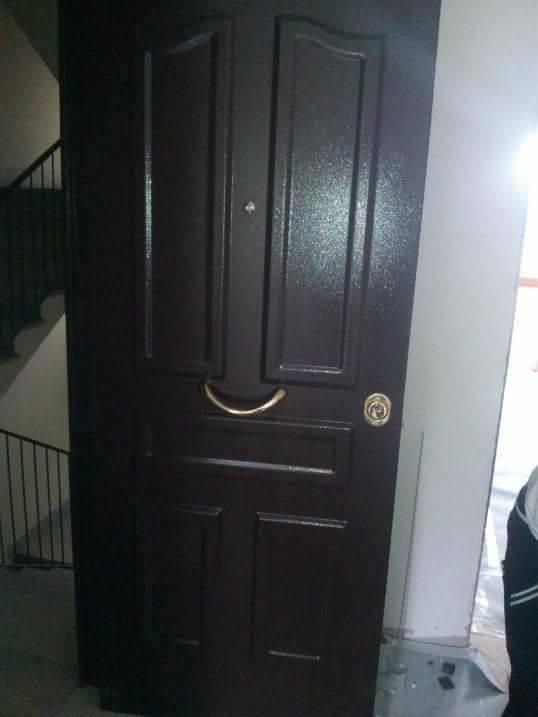 Porta di legno aperta mostrando serratura di alta sicurezza