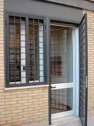 Porta e finestra di sicurezza proteggendo le normali