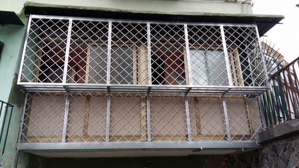 Griglia di protezione di finestra a forma di rettangolo creando spazio tra protezione e protetto