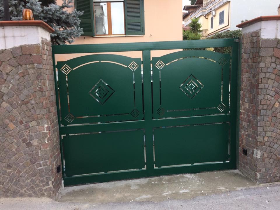 Porta di accesso verde di doppio foglio