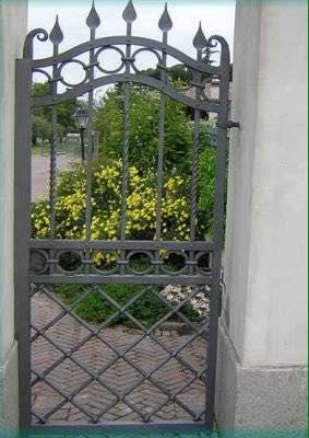 Porta di ferro con barre in forma di lancia e parte bassa di diagonali incrociate