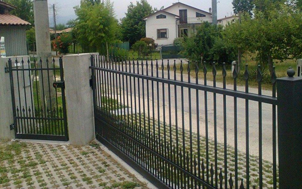 cancello e ringhiera in ferro battuto