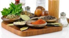 Ingredienti, spezie ed aromi su un tagliere