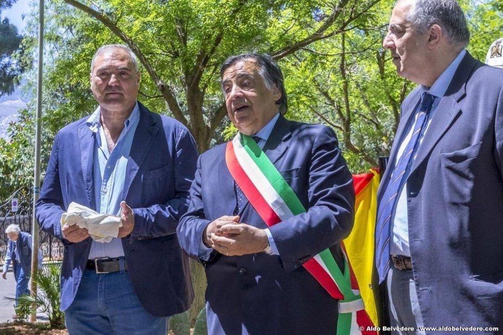 Prof Carlo Pavone, il sindaco Leoluca Orlando e il rettore  Roberto Lagalla