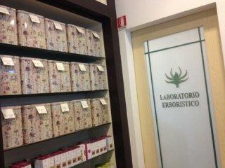 Il negozio dispone di un laboratorio erboristico dove vengono preparati i rimedi curativi.