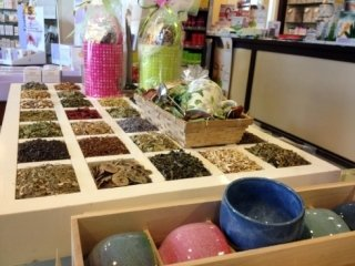 Rivolgetevi al personale del negozio per conoscere tutti i principi curativi delle erbe disponibili.