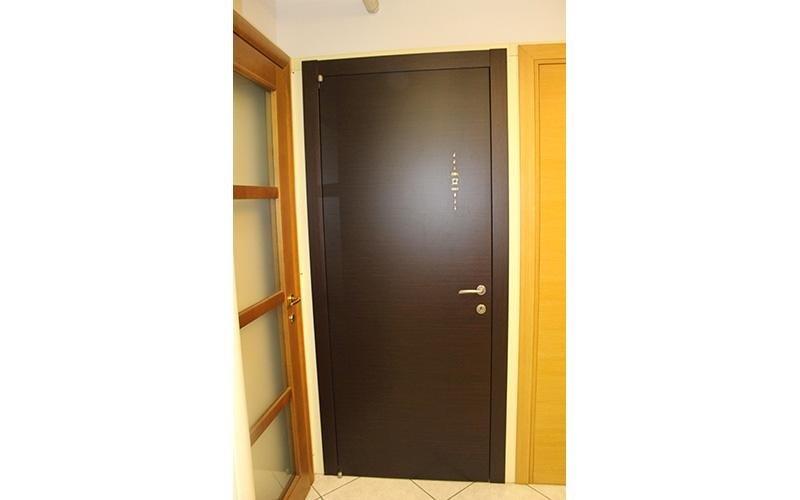 Porta in legno scuro