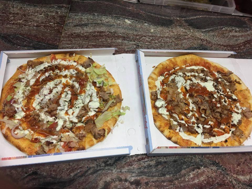 Due pizze kebab nel cartone