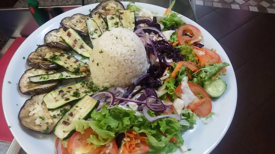 Una grigliata di verdure miste con tortino di riso