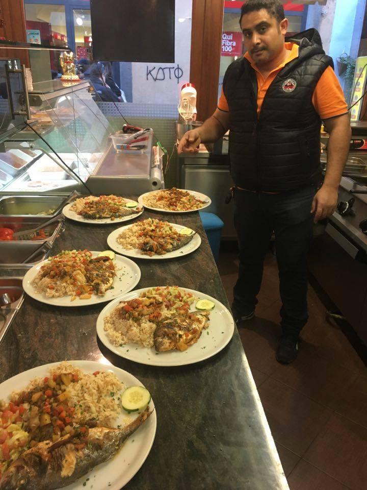Cuoco di Pizza Speedy Cleopatra con sei piatti di pesce e contorno di verdure