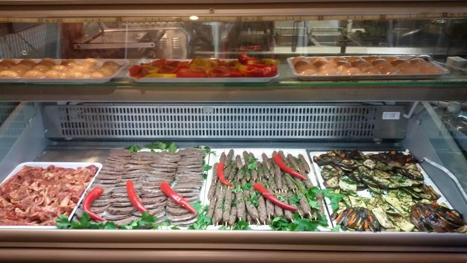 Carni e verdure dietro il bancone del locale