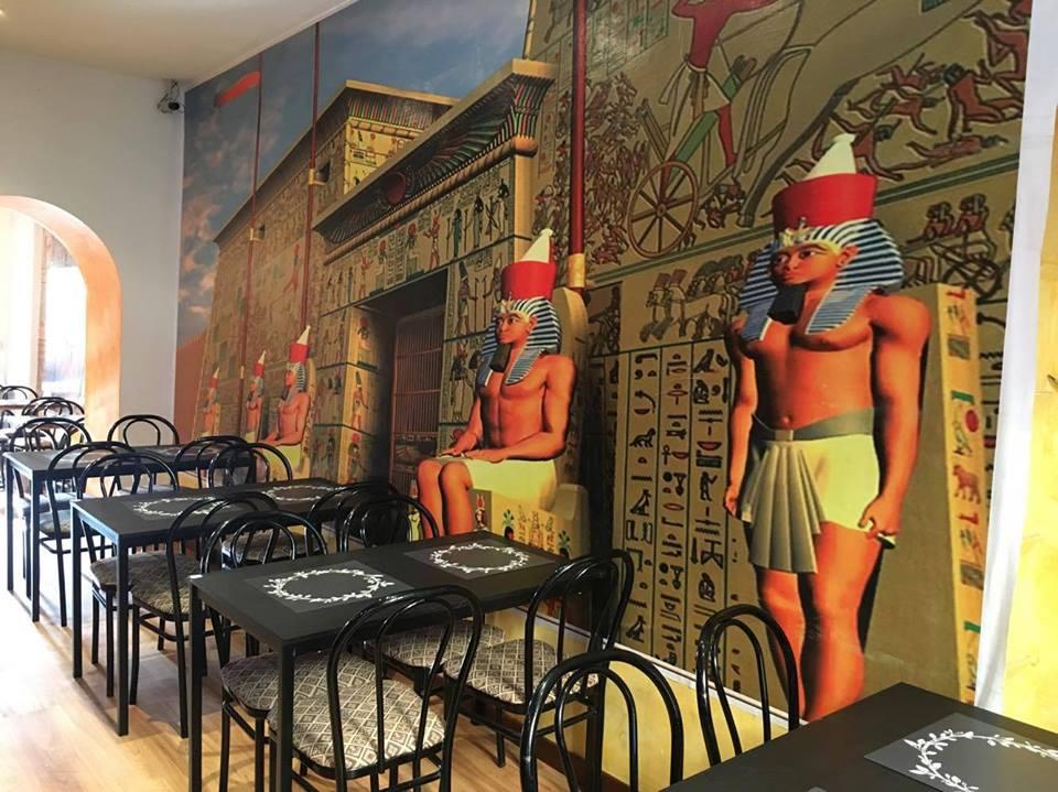Interno del locale con parete a motivo egiziano