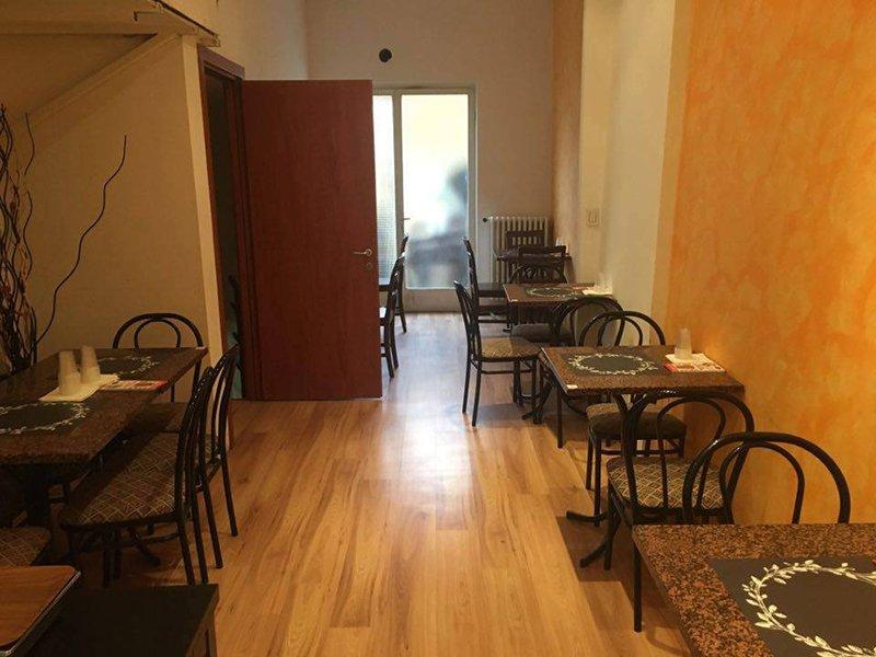 Una sala nel ristorante con tavoli e sedie