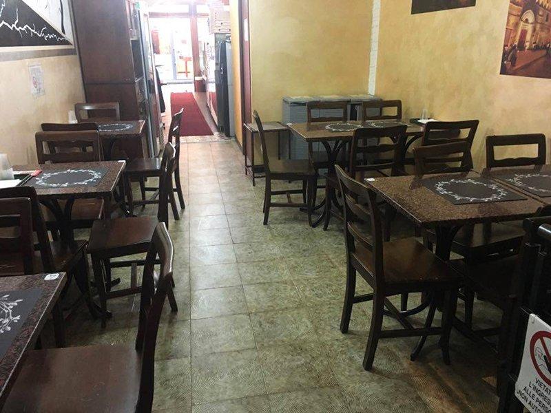 interno di un ristorante con tavoli e sedie