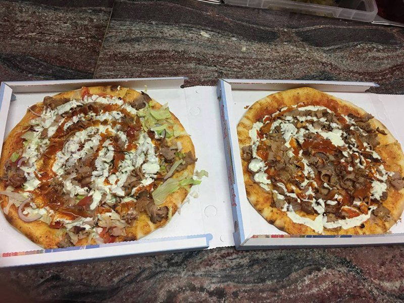due cartoni da asporto con dentro due pizze con pomodoro,mozzarella,insalata e kebab