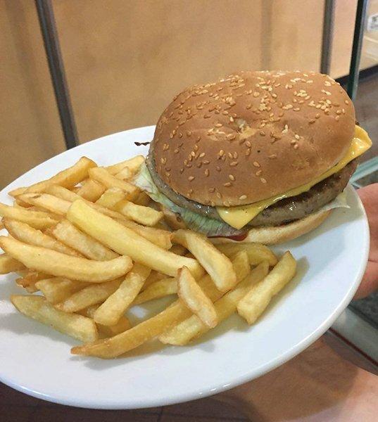 un piatto con un hamburger e delle patatine