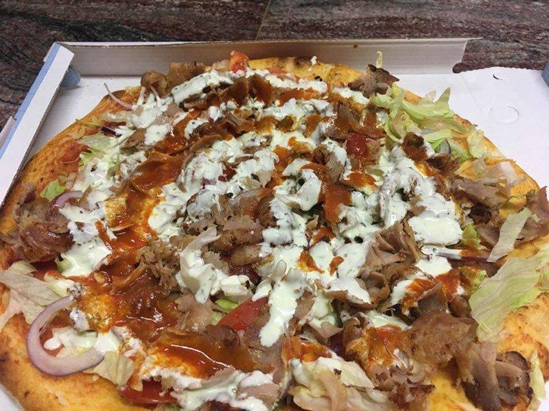 una pizza con mozzarella,pomodoro,insalata e kebab