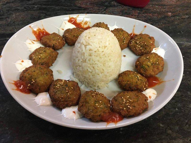 un piatto di polpette con panna e al centro una palla di riso
