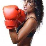 una ragazza con dei guantoni da boxe