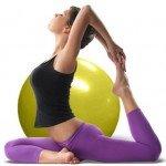 una ragazza che fa un esercizio e dietro una palla medica