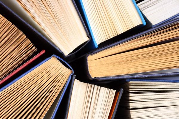 L'icona delle collane più rinomate Due persone che si scambiano libri  tempo libro education a caselle